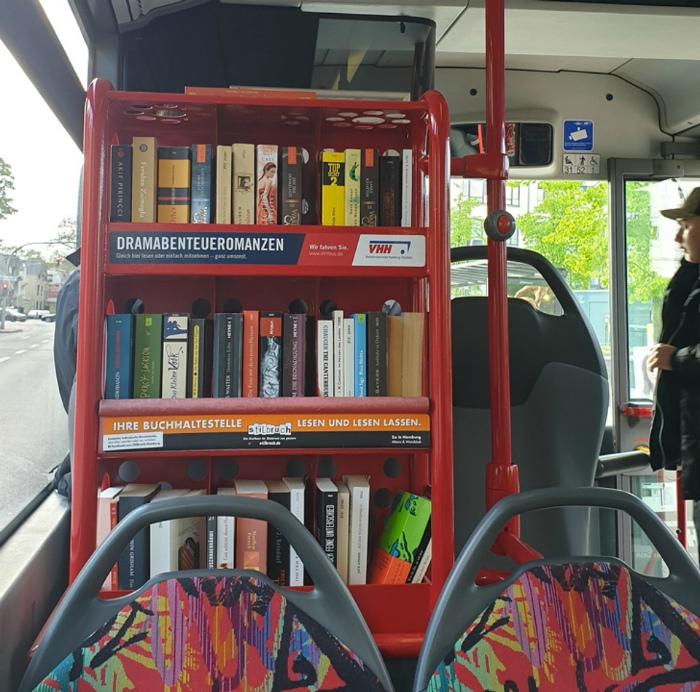 Книжный шкаф в автобусе. | Фото: CewekBanget.ID - Grid.ID.