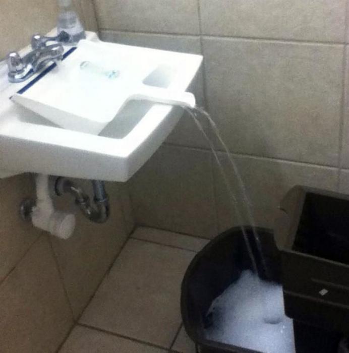 Наполнить ведро в маленькой раковине. | Фото: YouTube.
