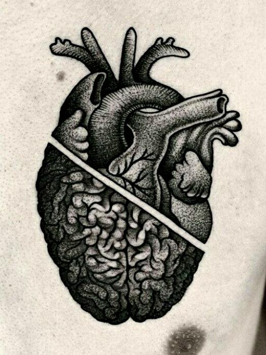Татуировка с изображением половинки сердца и мозга.