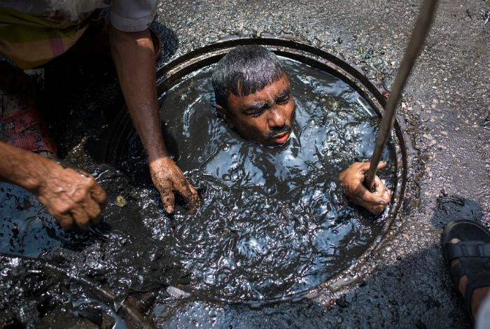 Чистка канализации в Индии.