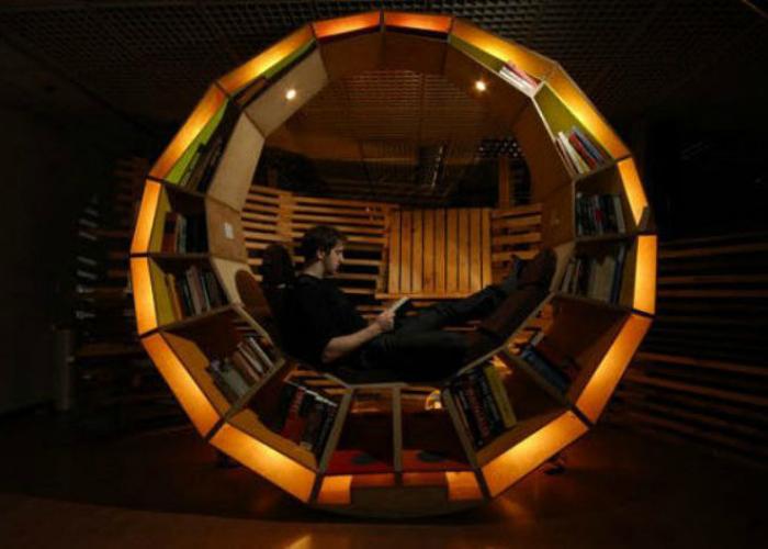 Необыкновенная круглая полка для книг с подсветкой и местом для чтения.