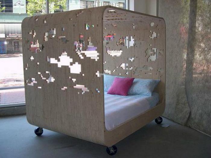 Кровать с деревянной рамкой.