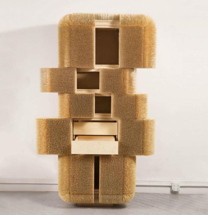 Чилийский дизайнер Себастьян Эрразуриз сделал шкаф, украшенный множеством отточенных бамбуковых палочек.