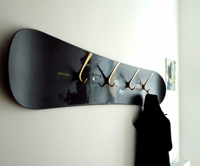 Настенная вешалка из сноуборда.