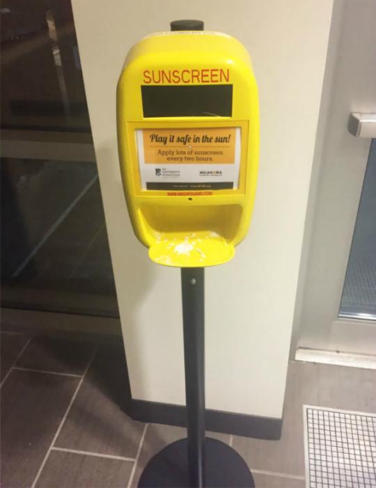 Автомат с солнцезащитным кремом.