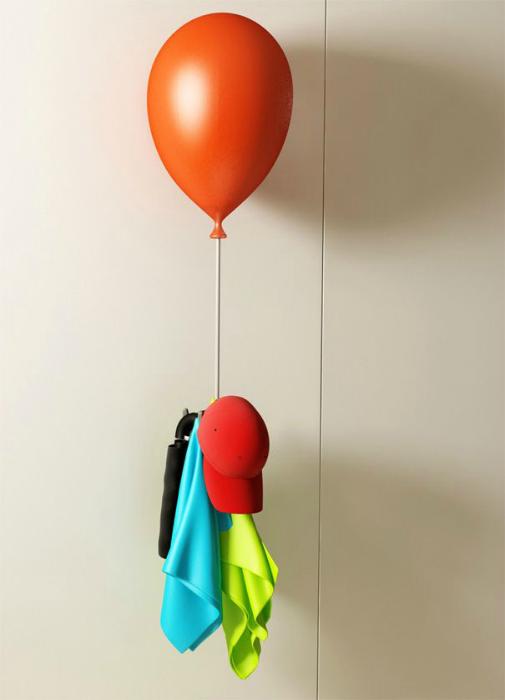 Оригинальный светильник в виде воздушного шара с вешалкой для одежды.