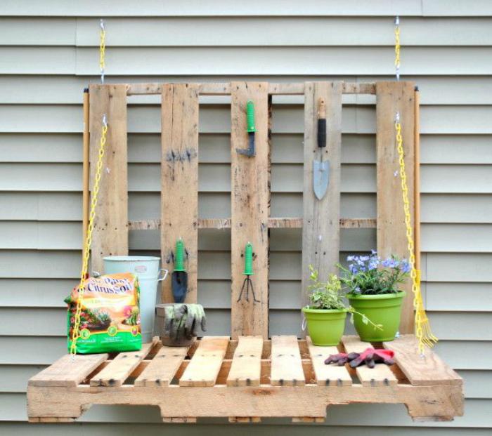 Откидной столик для садовых работ.