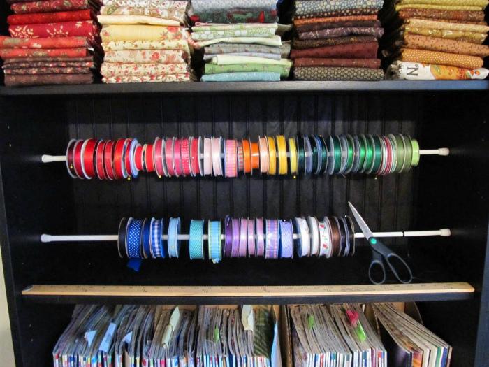Хранение катушек с нитками и лентами.