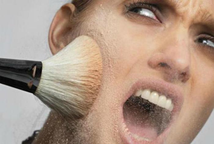 Использование пудры для маскировки жирного блеска.