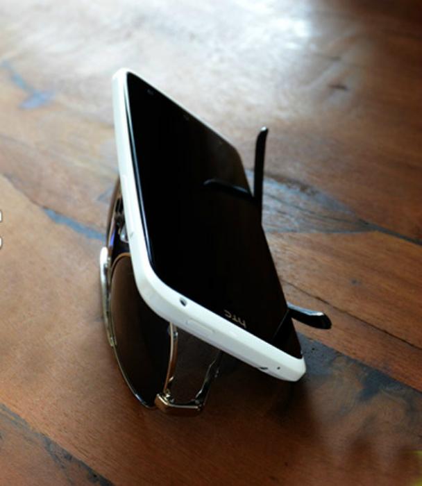 Soporte para teléfono inteligente con materiales de desecho.