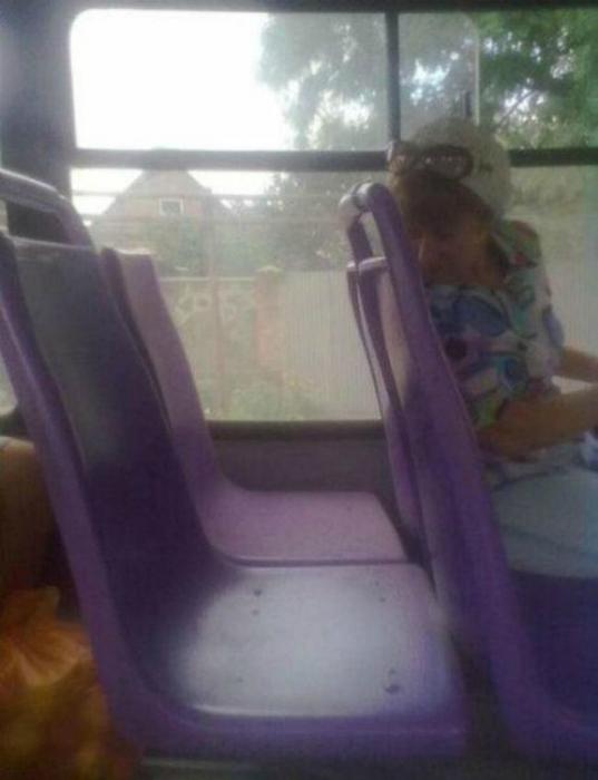 Общественный транспорт способствует сближению людей.