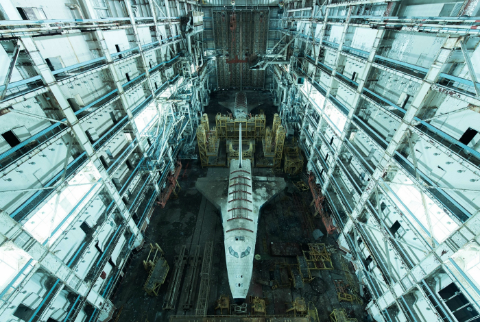 Заброшенный ангар на территории Байконура, где хранятся два советских космических корабля.