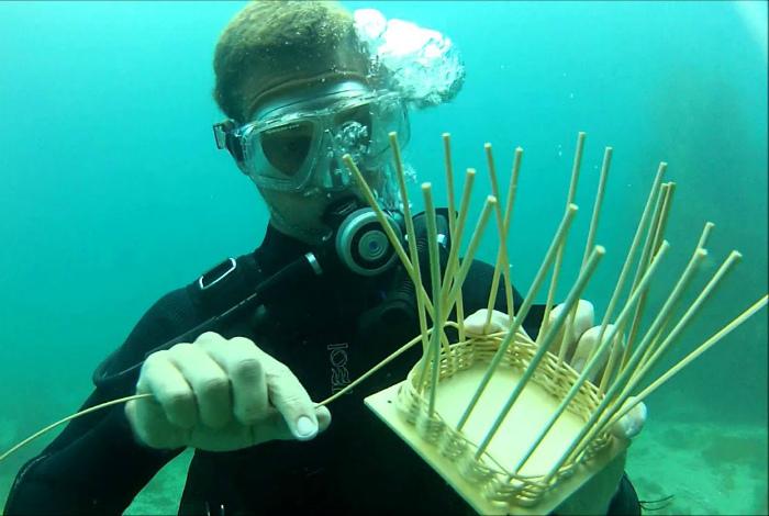 Плетение корзин под водой. | Фото: YouTube.