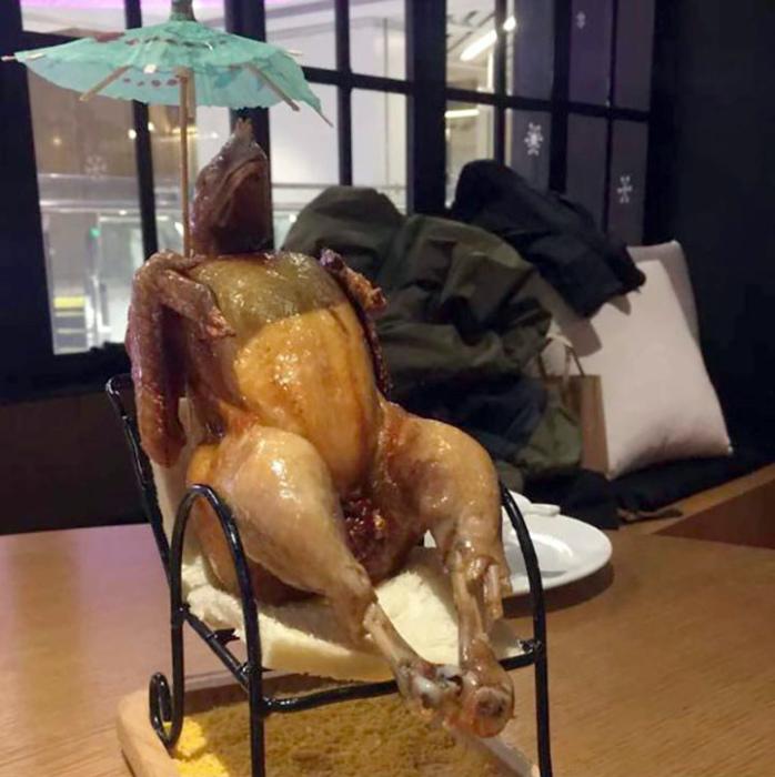 Курица-гриль с головой ящерицы.