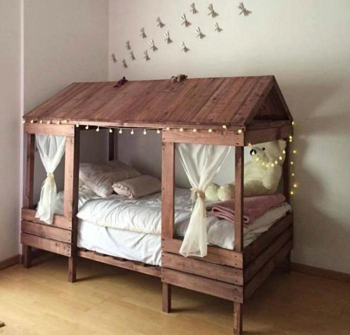 Кровать-домик.