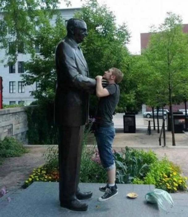 «Сенсация! Статуя напала на человека!»