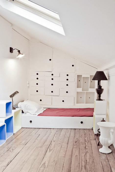 Кровать, скрытая в шкафу.