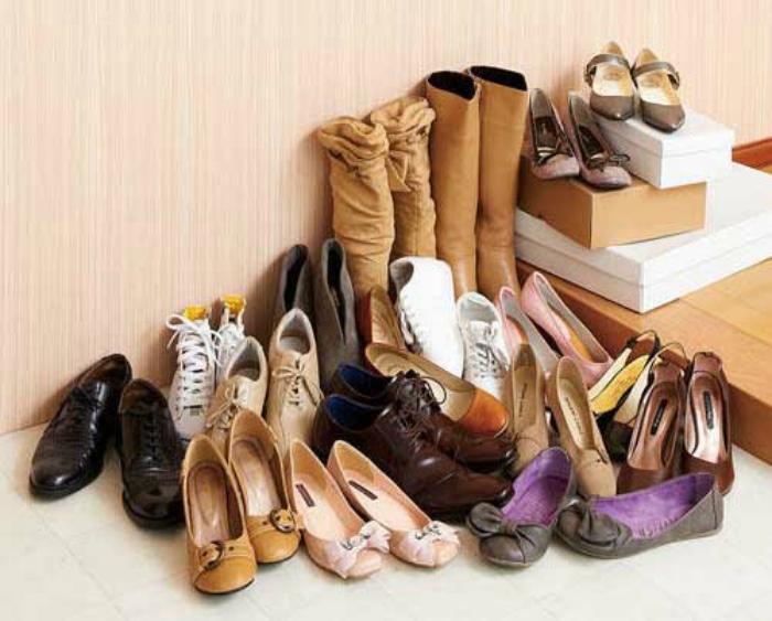 Обувь на полу.