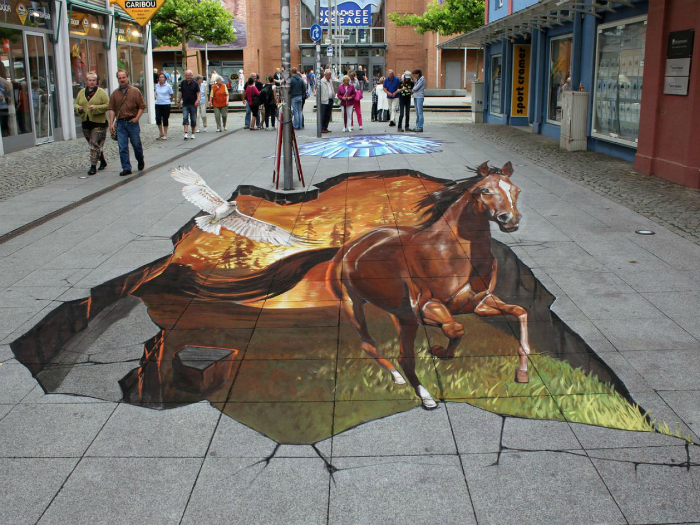 Гиперреалистичный конь, вырывающийся из-под асфальта.