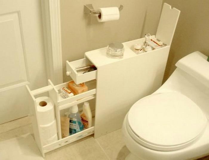 Туалет можно оборудовать маленьким комодом, в который поместятся все необходимые средства гигиены.