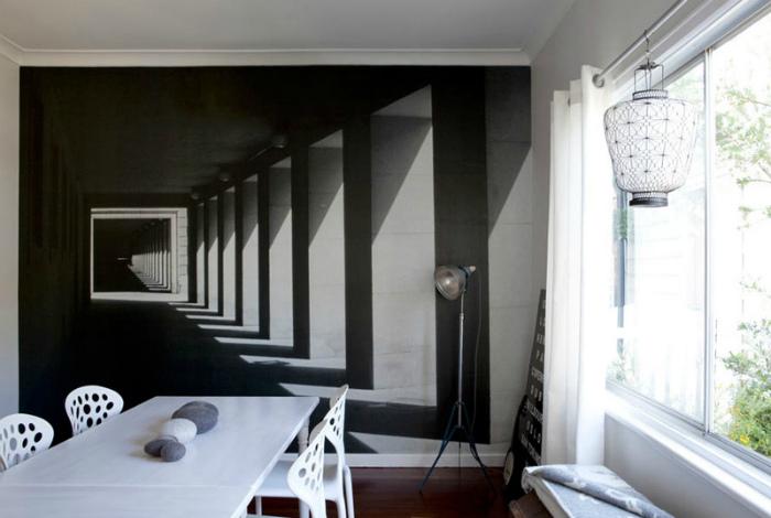 Бесконечный коридор в интерьере столовой.