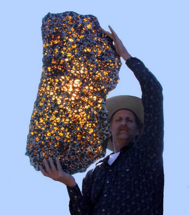 Тлеющий осколок метеорита Фукан.