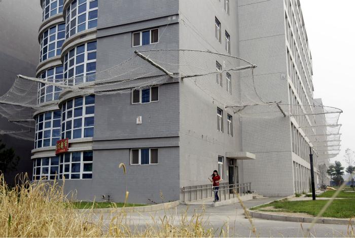 Сетка, натянутая по периметру здания. | Фото: Overclock.net.