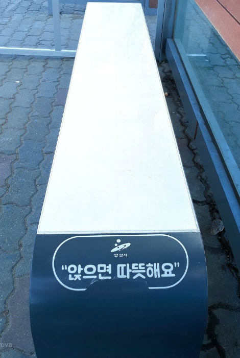 По мнению Novate.ru, скамейка с подогревом - одно из самых лучших изобретений общественного пользования. | Фото: Пикабу.