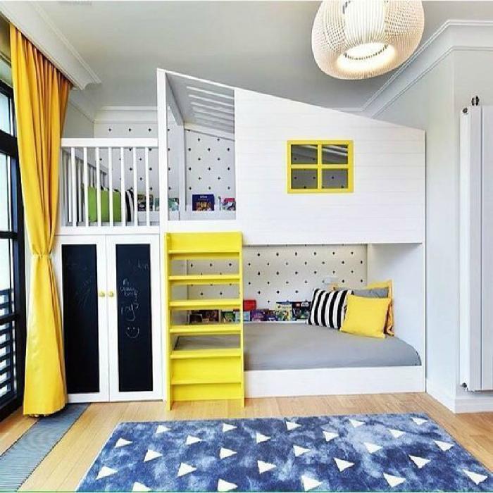 Большая комната с мини-домиком.