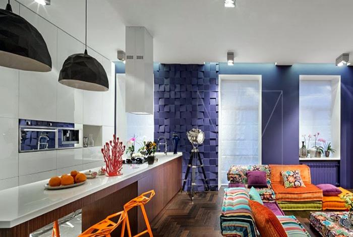 Эффектное пространство с синими стенами.