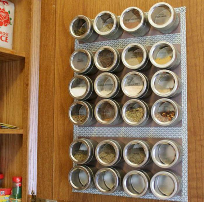 Разместите на стене магнитную поверхность и используйте ее для хранения специй.