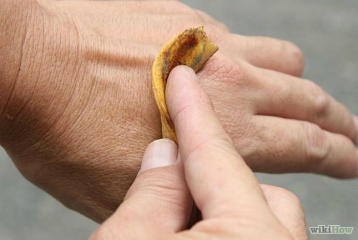 Банановые шкурки можно использовать в качестве удобрения, можно протирать ими кожу, чтобы уменьшить зуд. Внутренней стороной шкурок можно натирать серебро или даже чистить обувь.