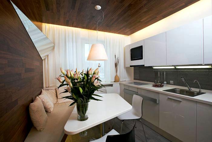 Лаконичный дизайн небольшой кухни со стенами, обшитыми деревом.