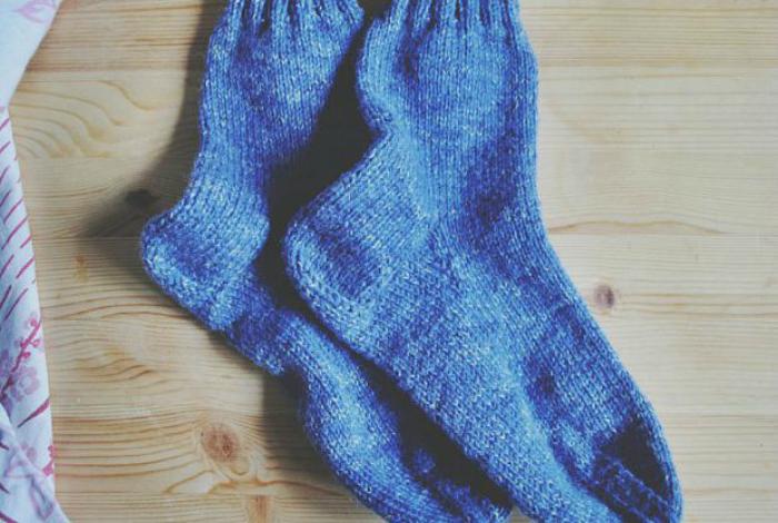 Подогревать носки в микроволновке - не лучшая идея. Сухая ткань, под воздействием микроволн может загореться.