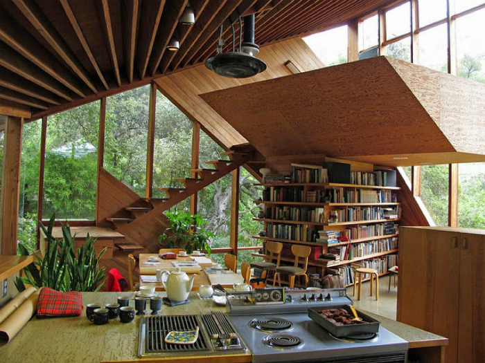 Интерьер открытого типа с необычной библиотекой.