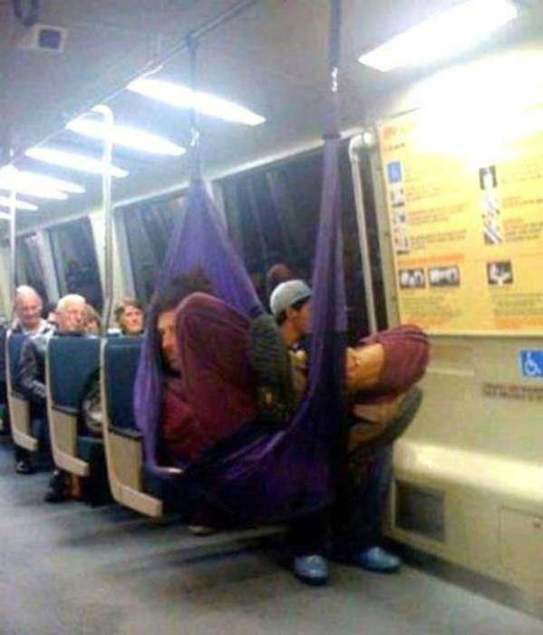 Пассажир в гамаке.