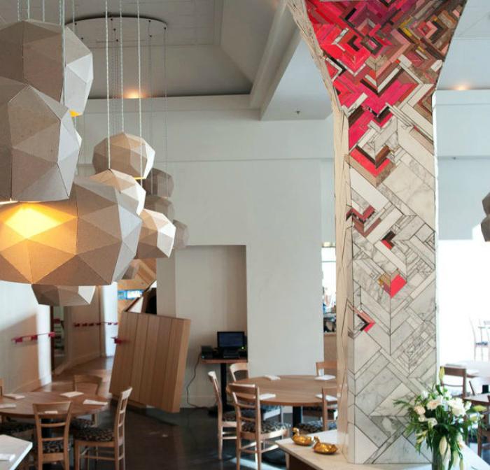 Колона, украшенная разномастной мозаикой.