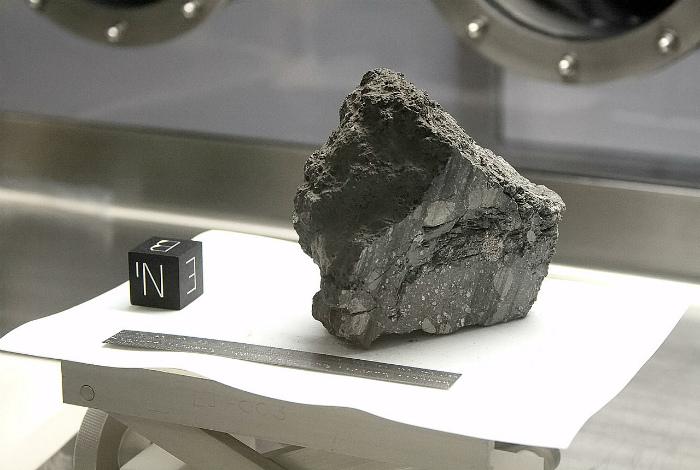 Камень с Луны и странный кубик с буквами возле него.