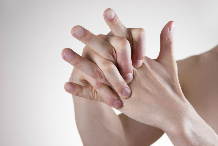 Если регулярно хрустеть пальцами, то позже начнут дергаться руки.