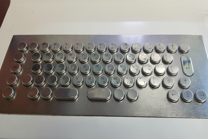 Усиленная стальная клавиатура.   Фото: Redditery.