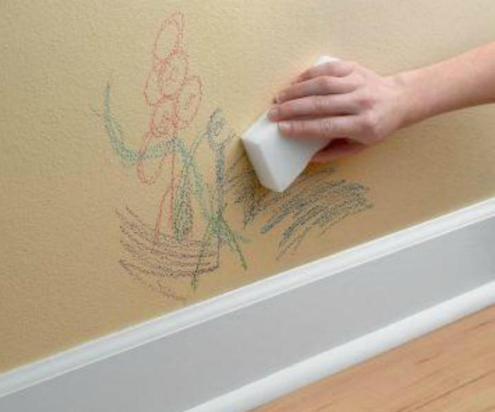 Следы от карандашей на стене.