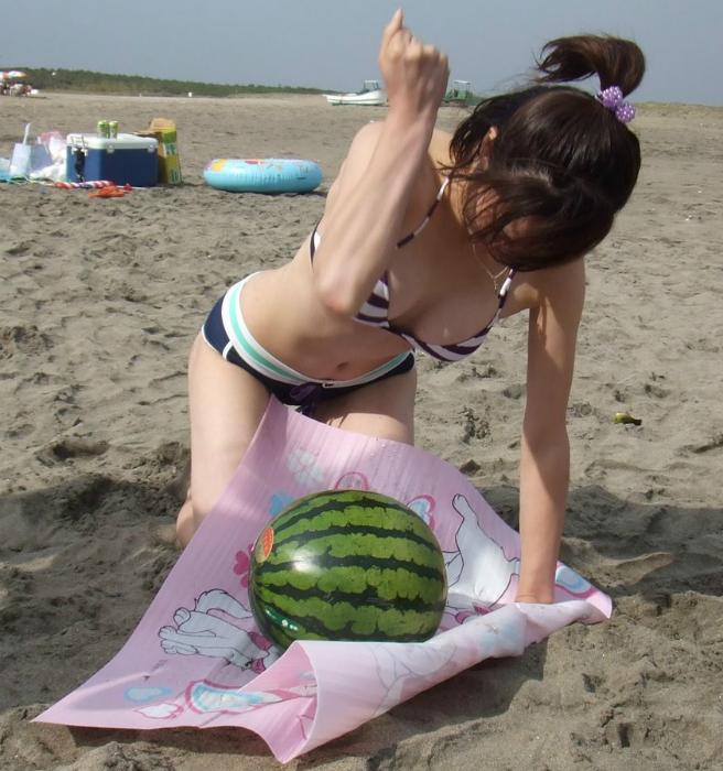 Сейчас эта девушка, отработанным движением, разобьет арбуз.