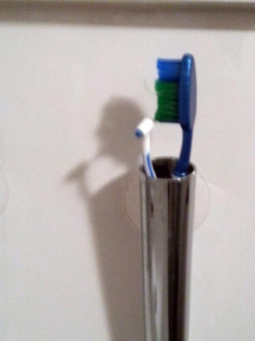 Забавная тень зубной щетки.
