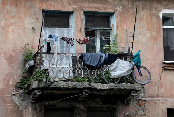 Хранить хлам на балконе.