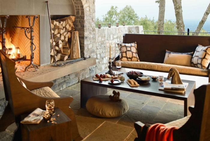 Роскошное местечко с камином и темной мебелью.