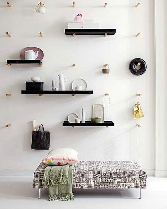 Перфорированные панели, украшающие всю стену в спальне.