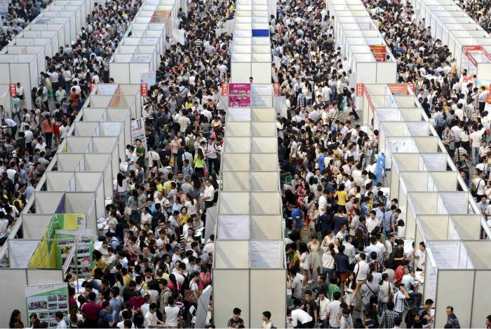 Ярмарка вакансий в Чунцине. | Фото: Pinterest.