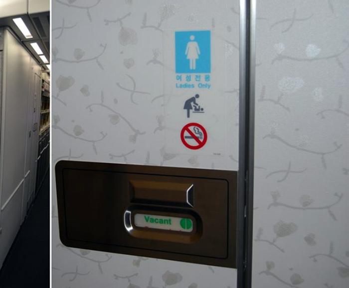 Нельзя нажимать на кнопку слива, сидя на унитазе в самолете.