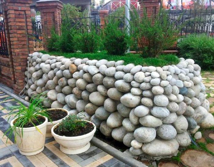 Клумба из камней. | Фото: Jidiworkout.co.