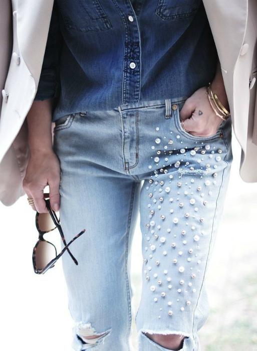Декор джинсов бусинами.